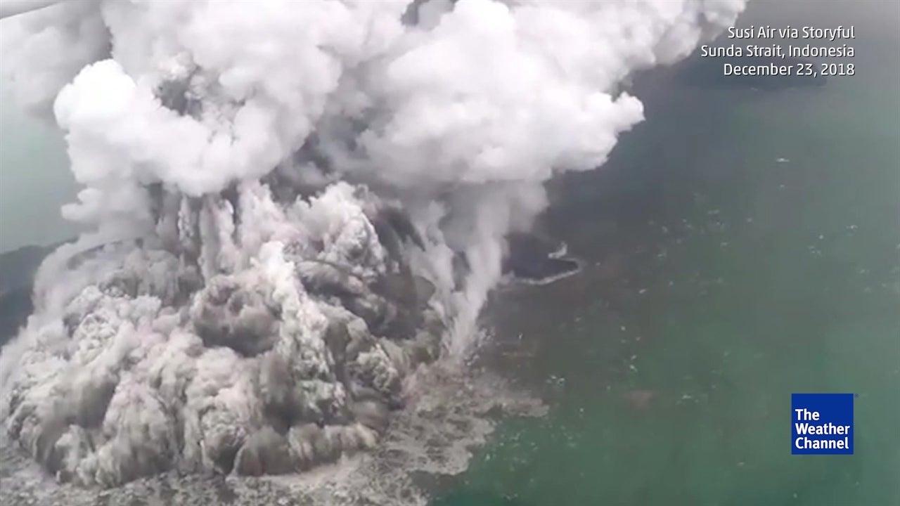 Volcan en Indonésie : une éruption phréatomagmatique en vidéo