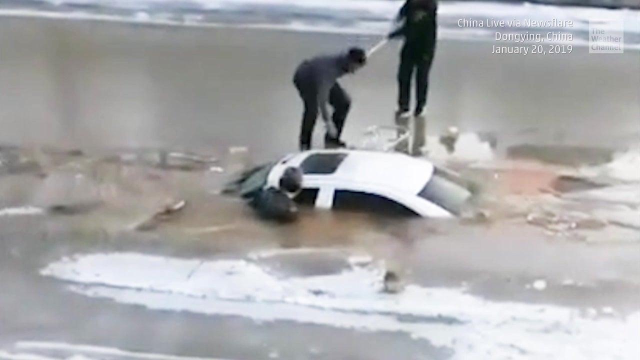 Mann fährt auf Straße - plötzlich landet er im vereisten Fluss