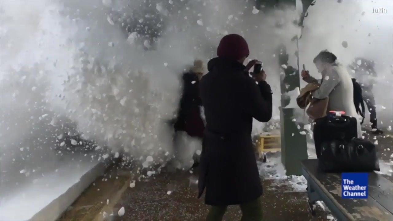 Amtrak-Zug lässt sich nicht durch Schnee stoppen