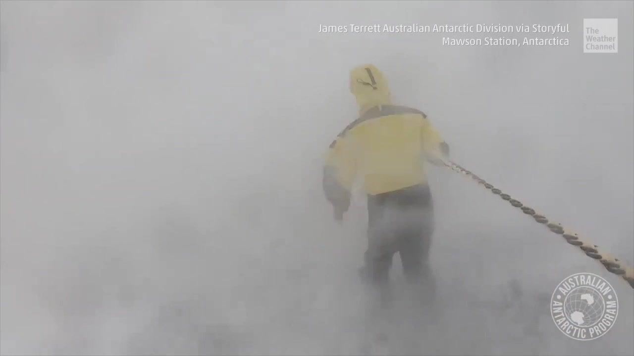 """Auch wenn Sie denken, dass Ihr Arbeitsweg beschwerlich ist. Wissenschaftler in der Antarktis haben auf jeden Fall einen der ungemütlichsten Pendelwege der Welt. Um sich auch bei heftigen Schneestürmen zurechtzufinden nutzen sie """"Blizz lines"""", die alle Häuser der Forschungsstation verbinden."""
