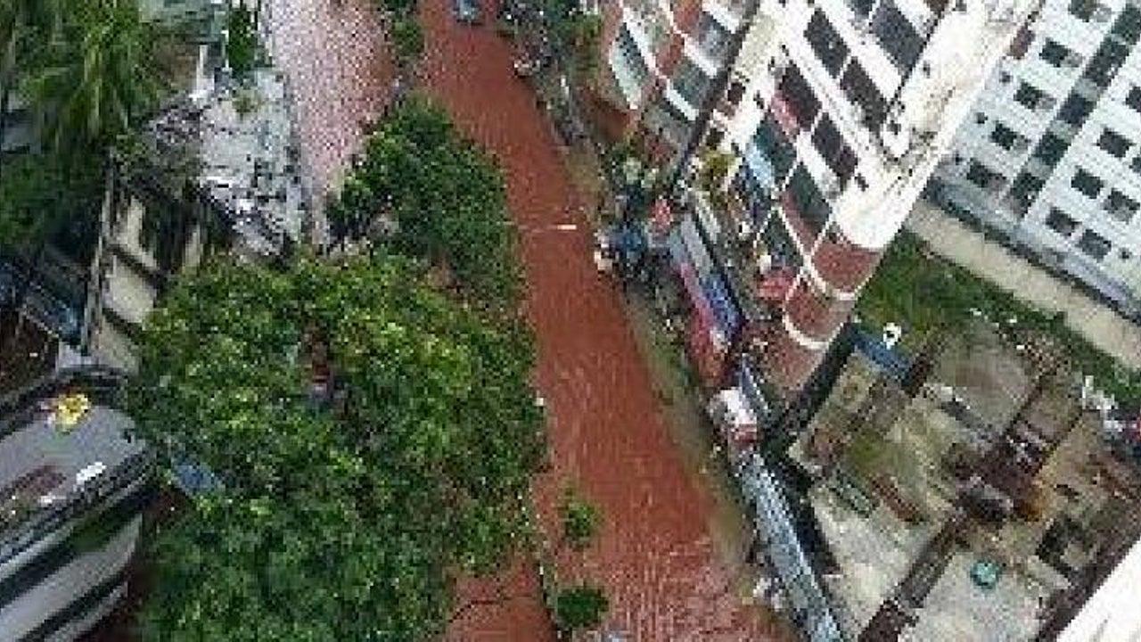 Durch Dhakas Straßen fließt blutrotes Wasser