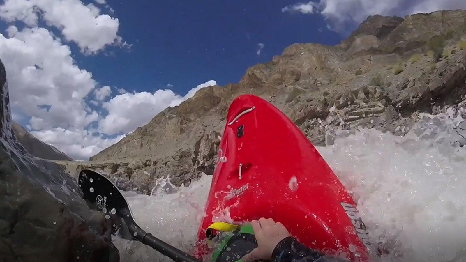 Stromschnellen: Helmkamera von Kajakfahrerin filmt Überlebenskampf