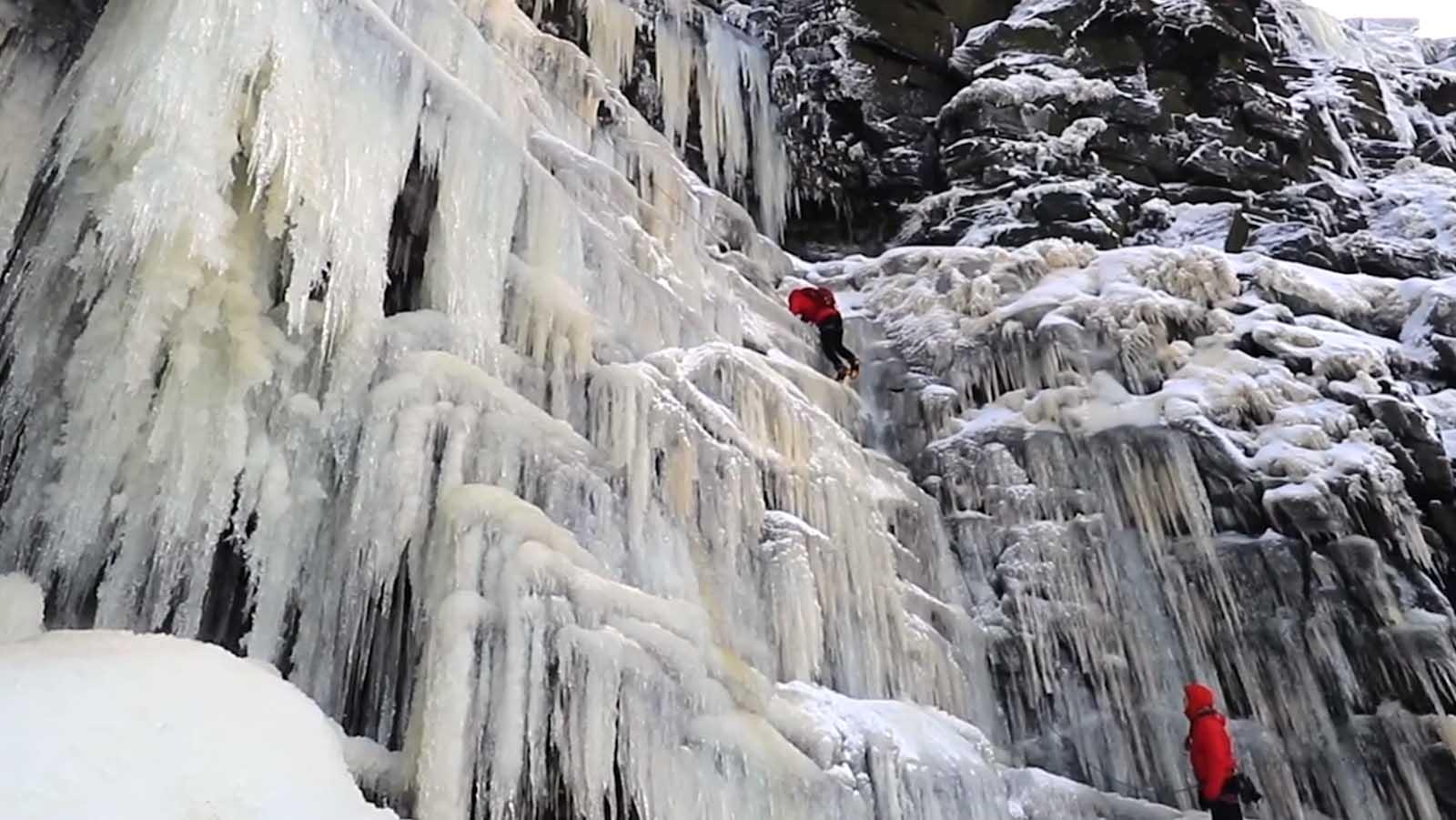Klettern gegen die Zeit: Draufgänger erklimmt gefrorenen Wasserfall