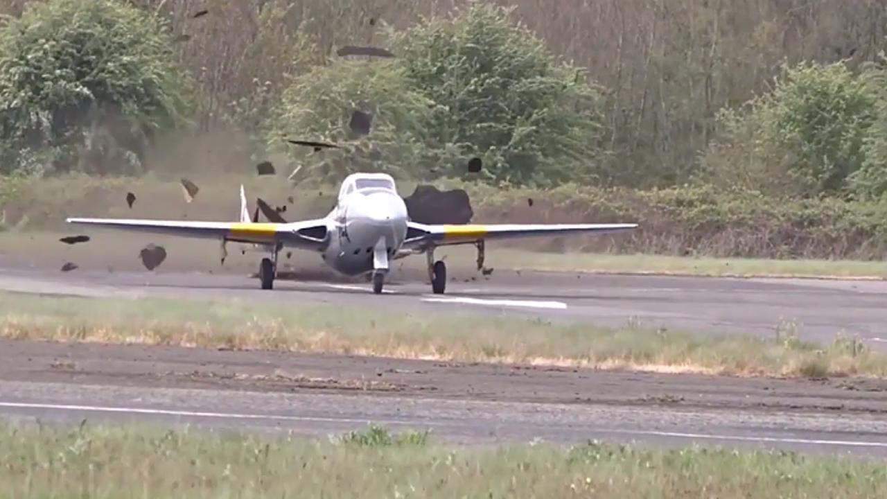 Historischer Kampfjet zerfetzt die Startbahn
