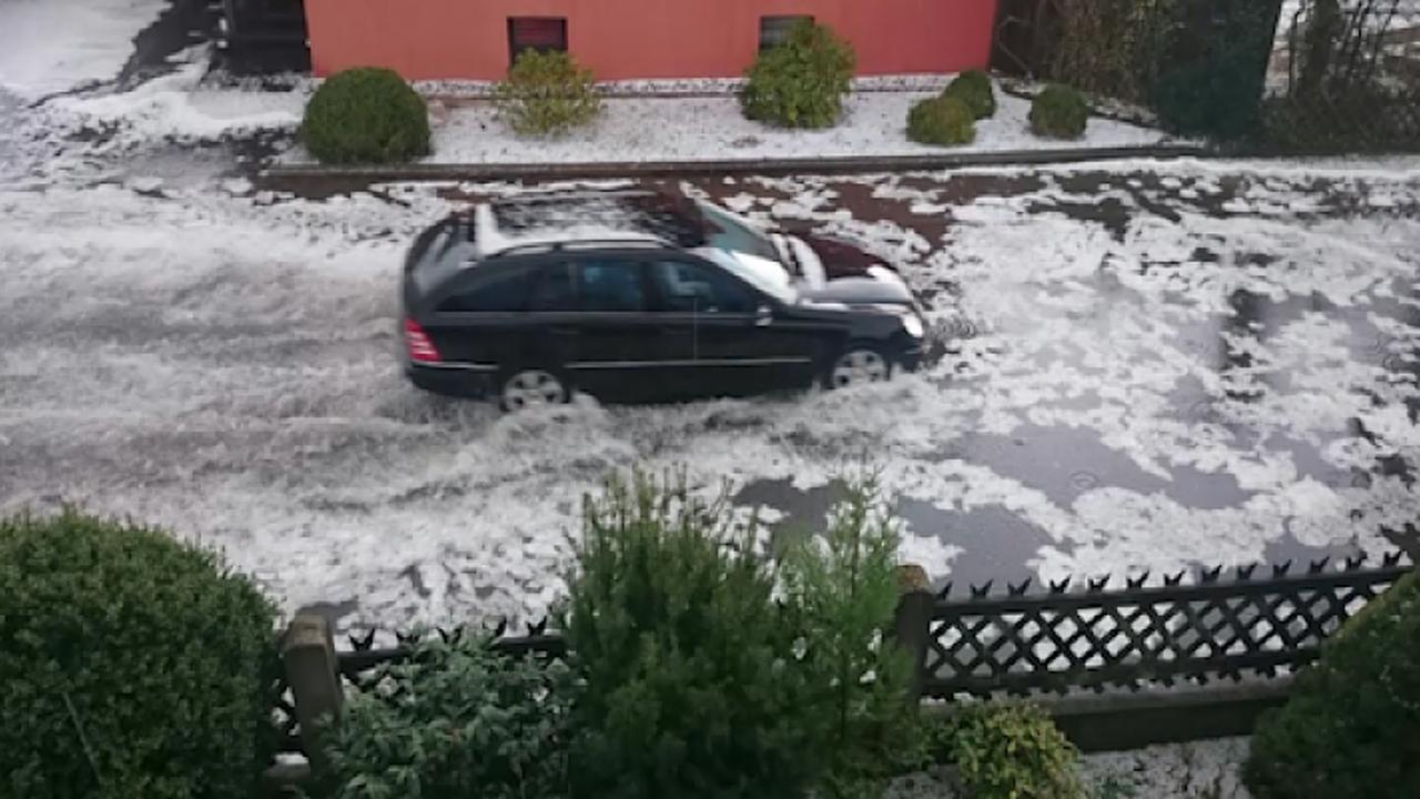 Region Hannover: Hagel lässt Straßen weiß werden