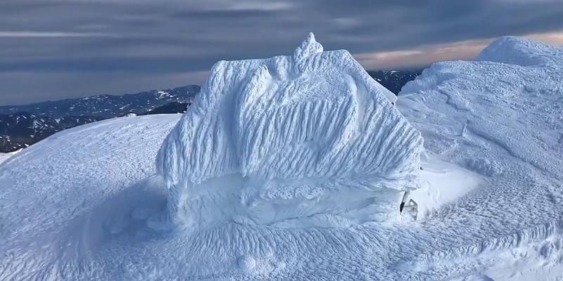 Schneefall verwandelt Steinhütte in einzigartiges Kunstwerk