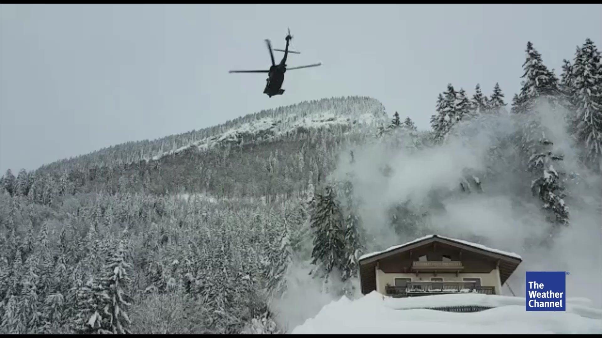 Blackhawk-Hubschrauber blasen Schnee von Dächern und Bäumen