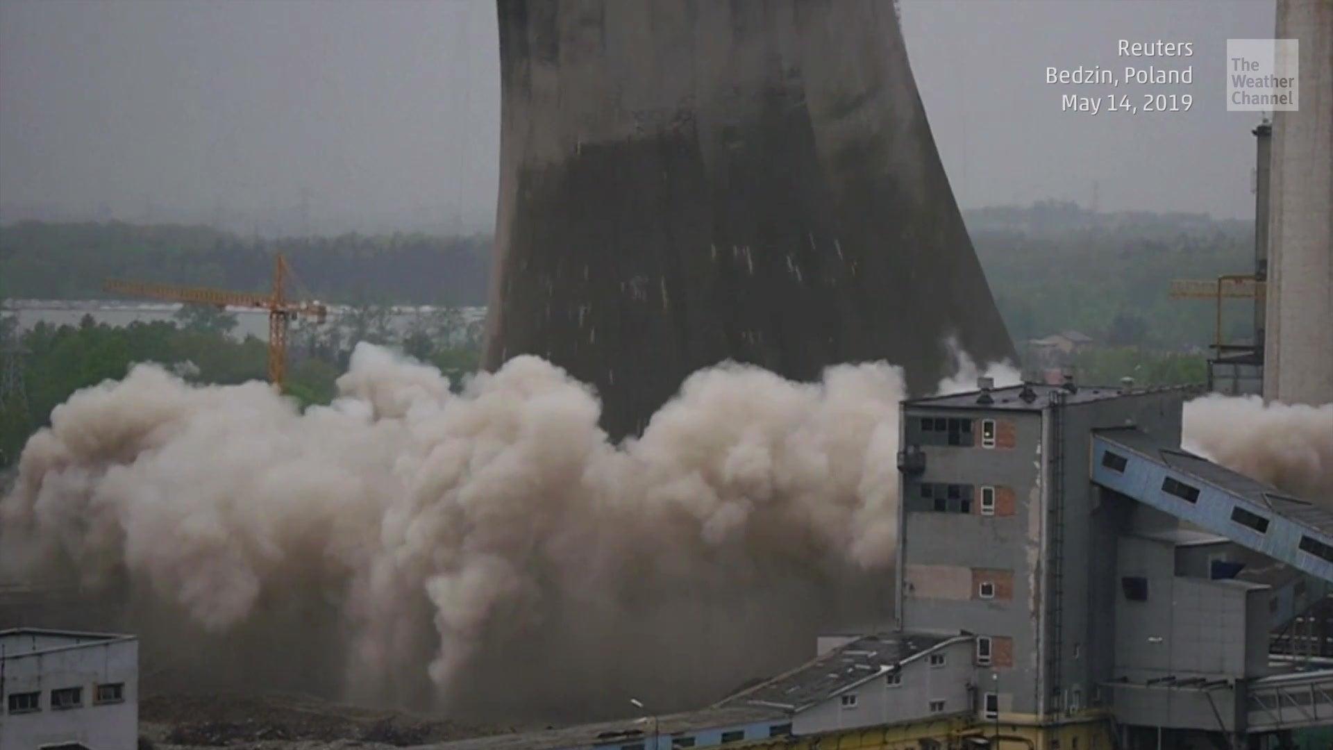 Er entstammt den 60er-Jahren und hielt den Umwelt-Auflagen nicht mehr stand: Ein Kühlturm im polnischen Bedzin ist diese Woche gesprengt worden. Immer wieder faszinierend, wie treffsicher Sprengmeister Gebäude implodieren lassen.