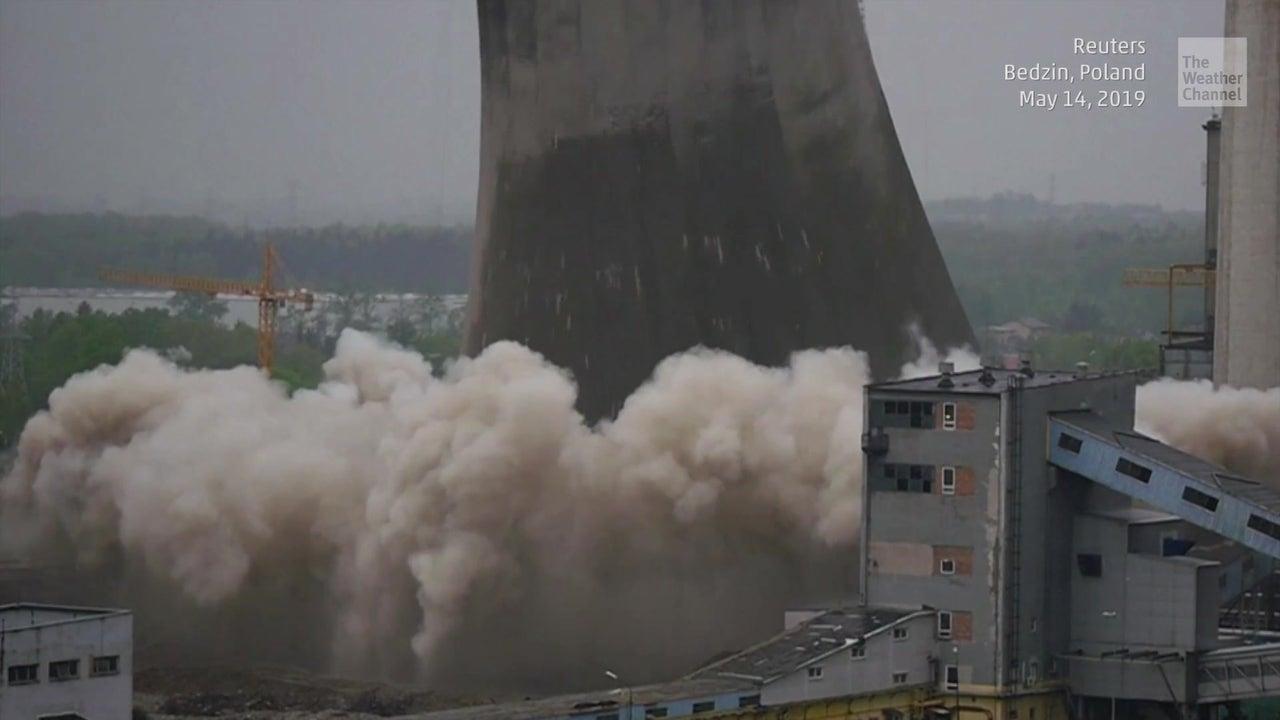 Spektakulär: Kühlturm in Polen zerfällt binnen Sekunden zu Staub