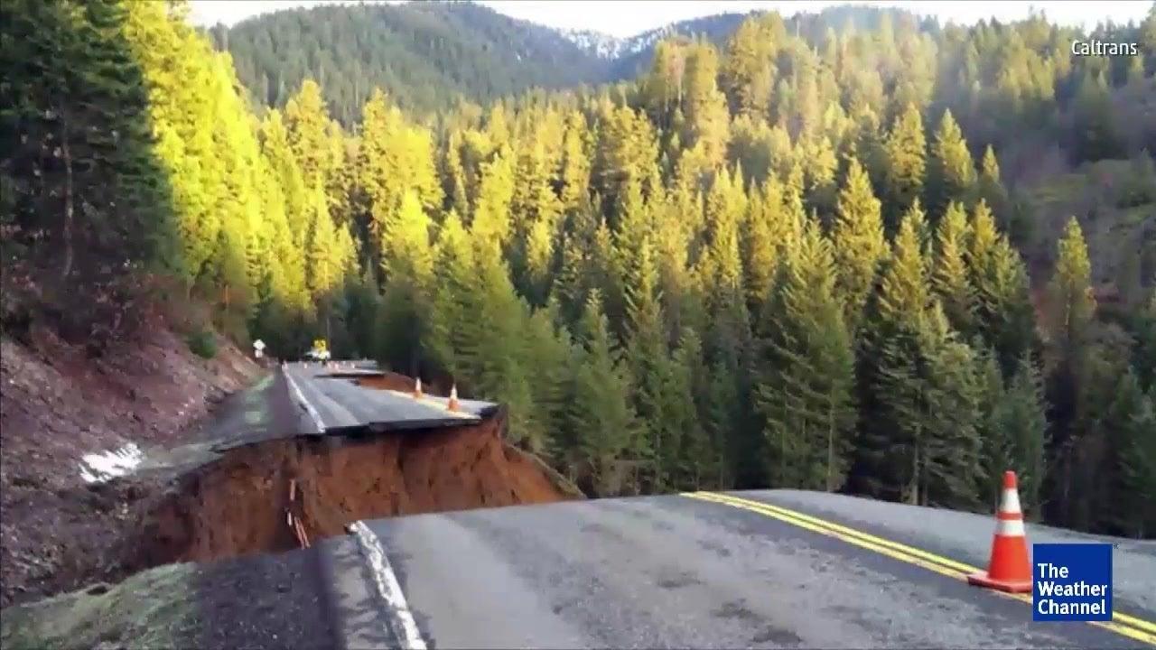 Regenfälle reißen riesigen Krater in Highway