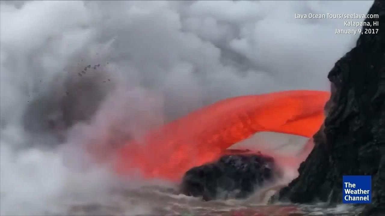 Vulkan spuckt riesige Lavafontäne ins Meer