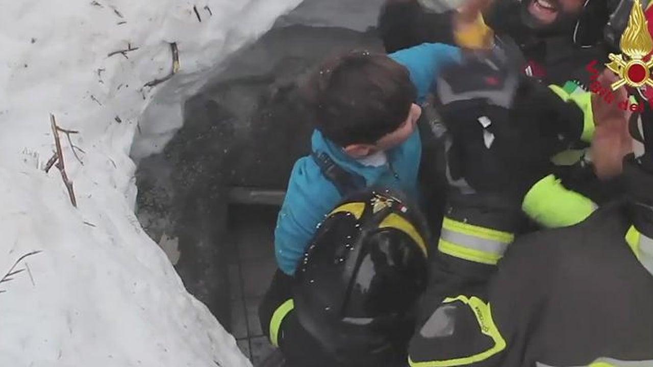 Lawinenunglück in Italien: Helfer bergen Überlebende