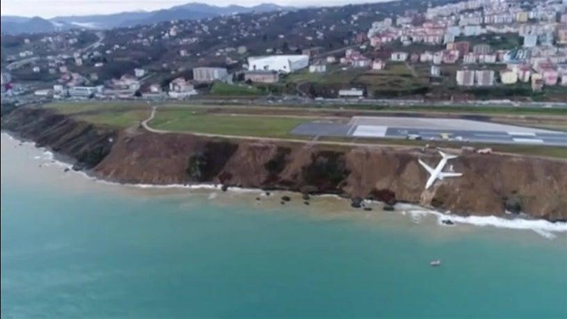 Avião sai da pista e quase cai ao Mar Negro