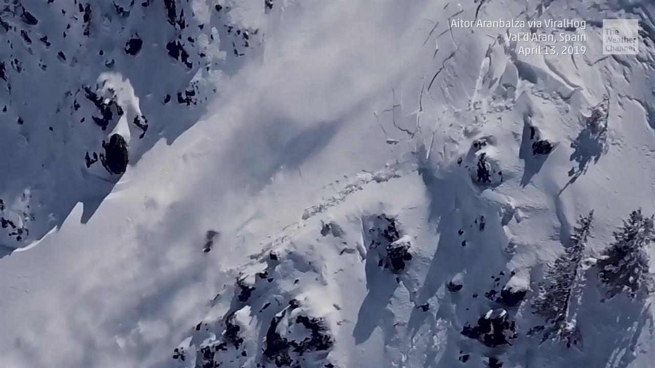 Avalancha gigante casi entierra a snowboarder
