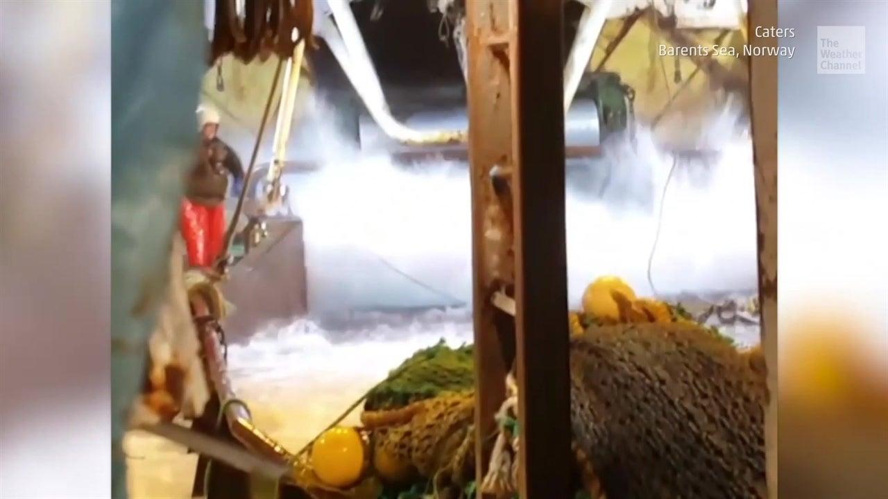 Olas gigantes azotan barco de pesca noruego