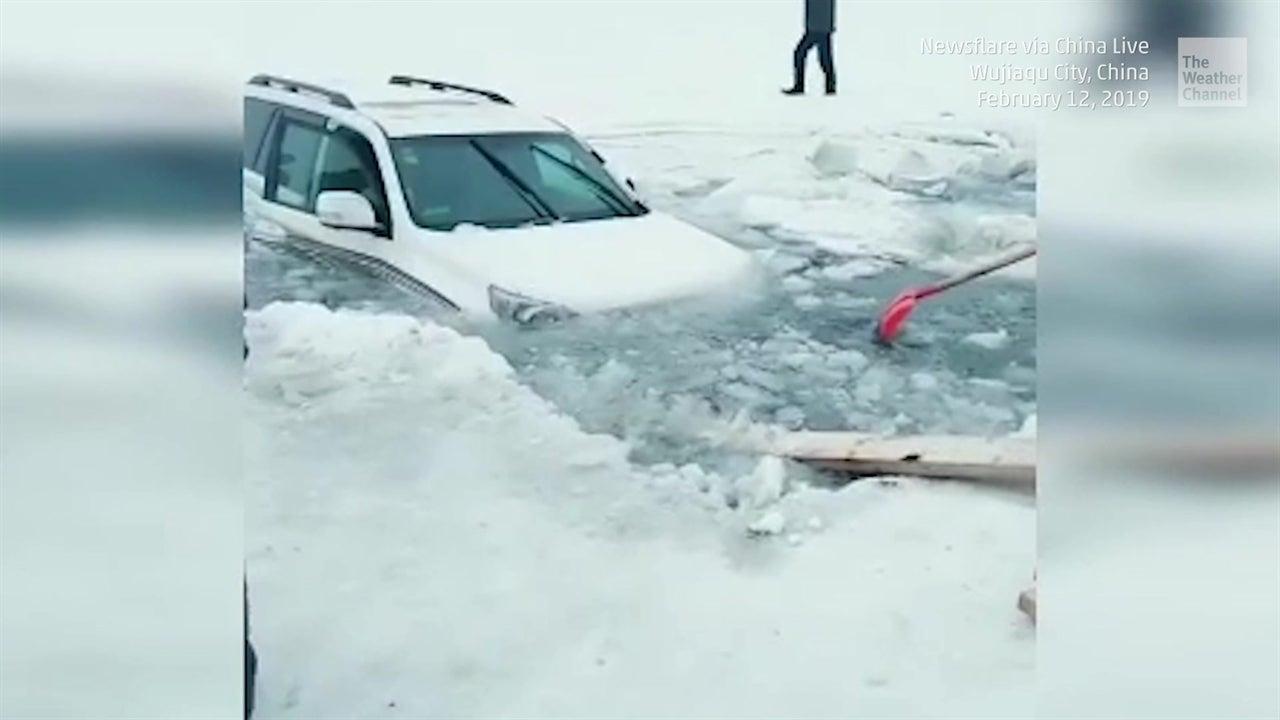 Familia cae en un lago congelado