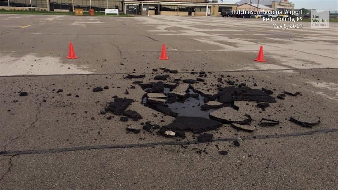 Mira un rayo caer en el aeropuerto de Kansas