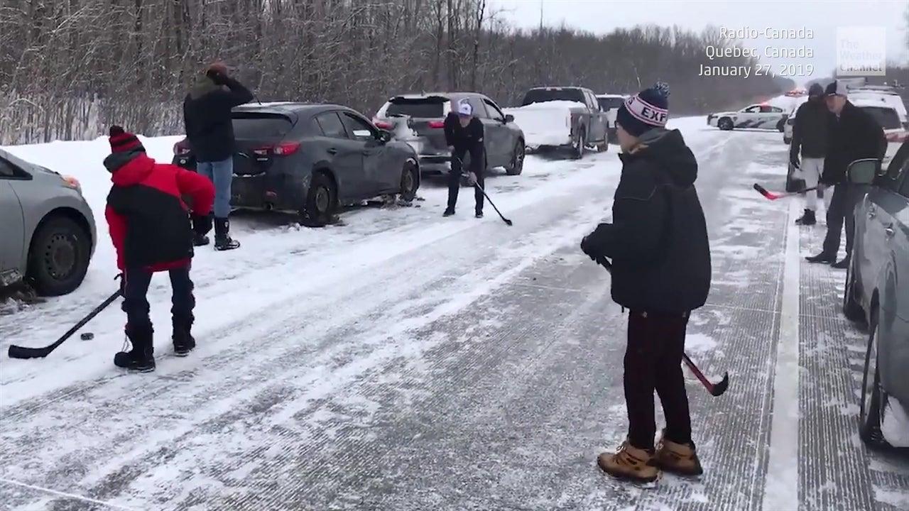 Un choque en cadena de más de 70 carros afuera de Montreal, Canadá, no detuvo a algunos conductores para divertirse un rato. El camino congelado fue convertido en un campo de hockey mientras cuadrillas trabajaban para limpiar la vía.