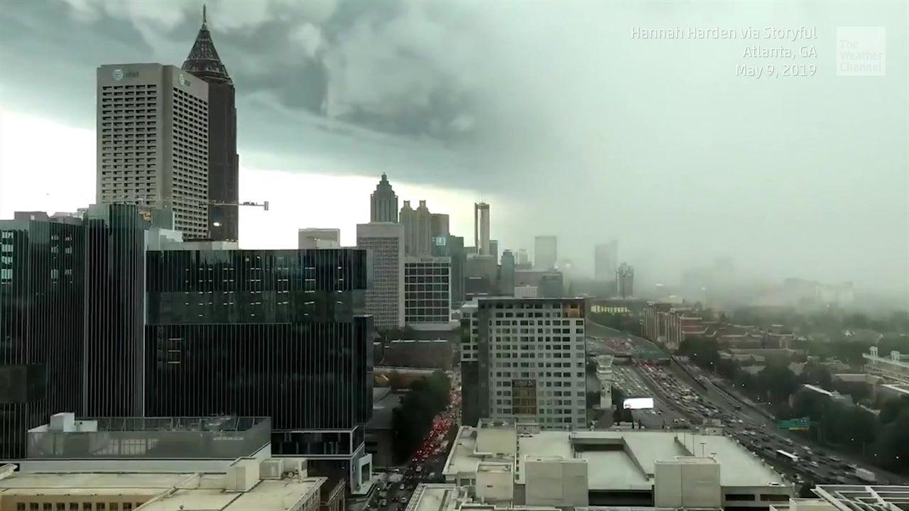 Mira desaparecer el skyline de Atlanta por tormenta