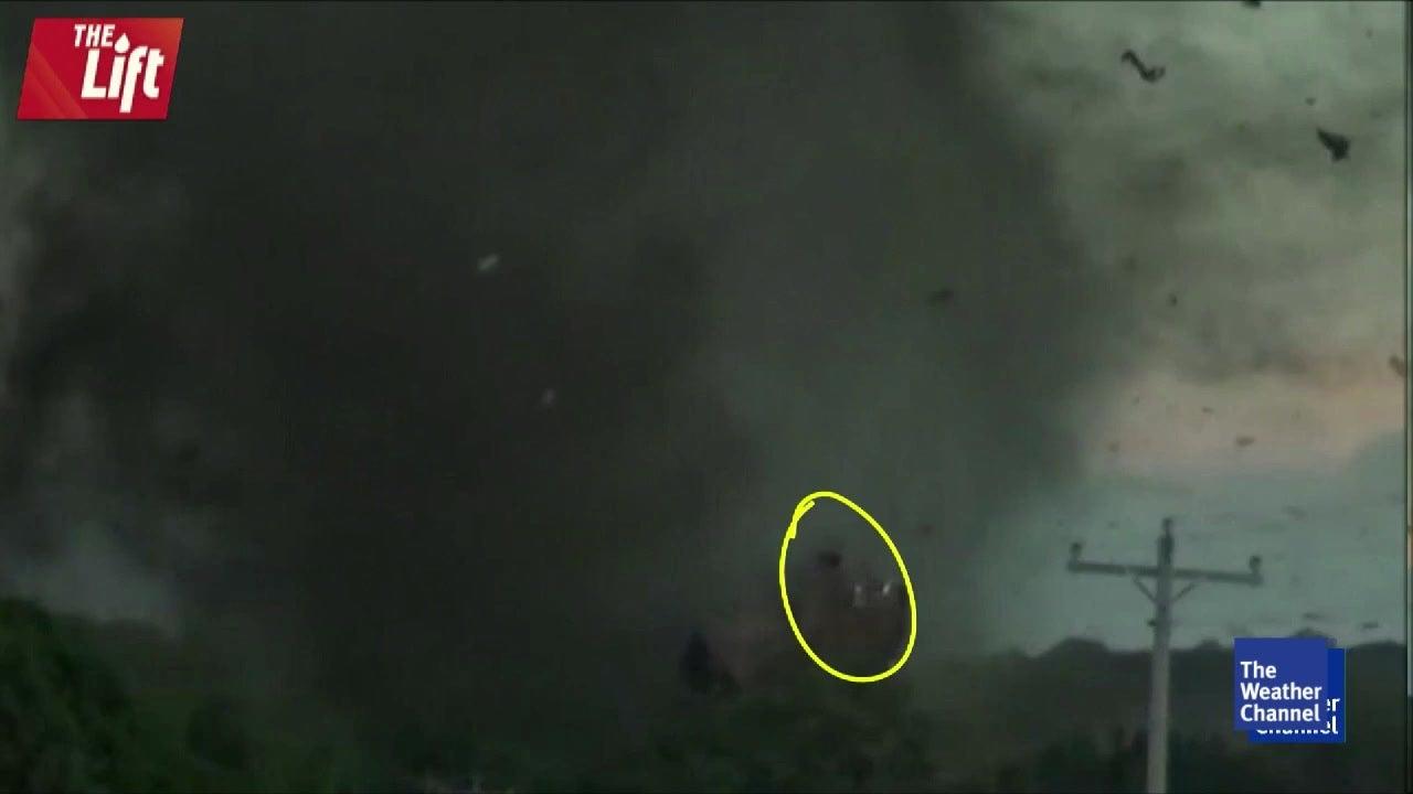 Erschreckend: Monster-Tornado zerfetzt Haus