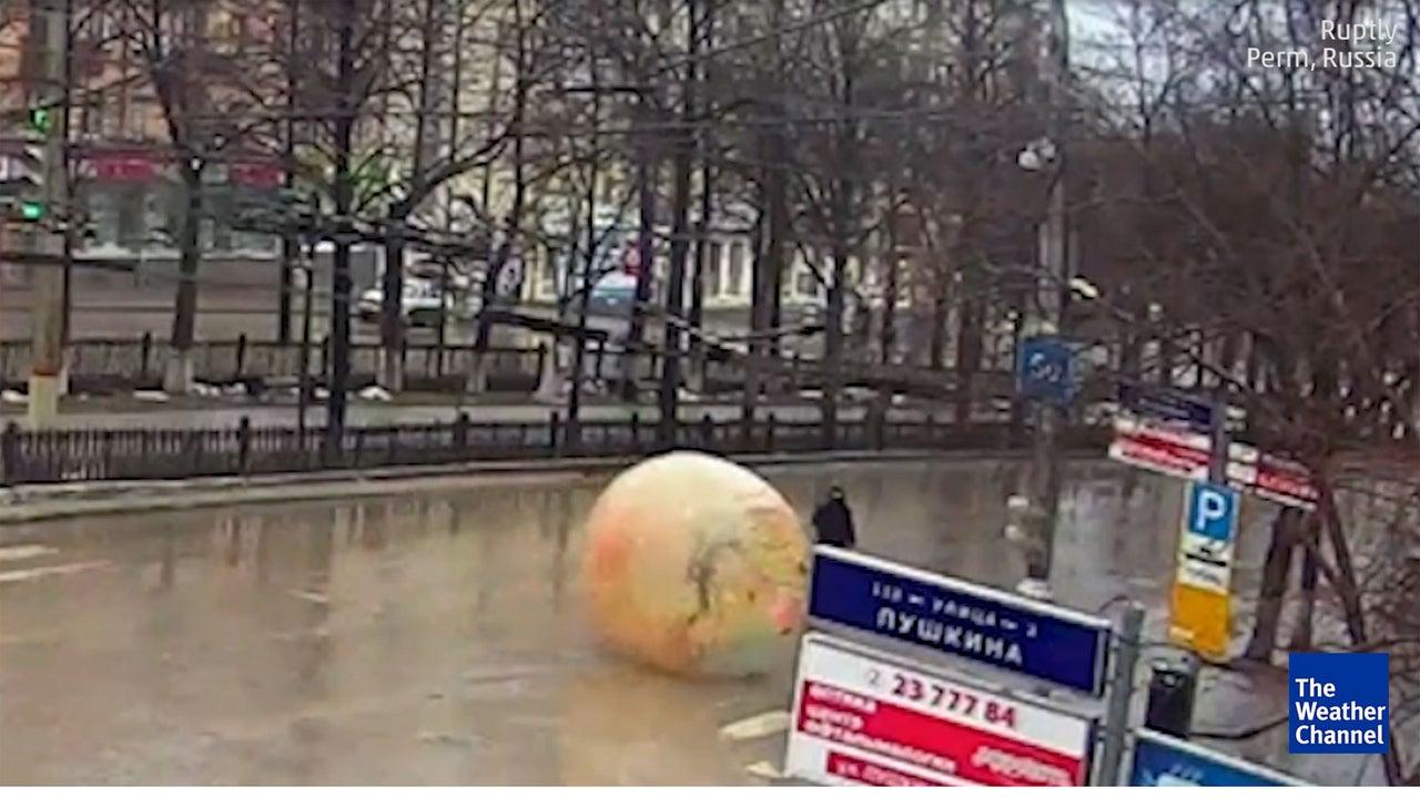 Menschlicher Hamsterball macht nicht einmal vor Fußgänger Halt