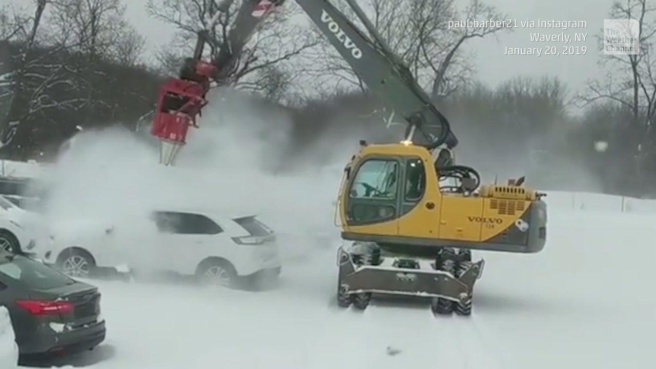Monsterbläser befreit Autos in Windeseile von Schnee