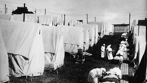 Nurses care for victims of a Spanish influenza epidemic outdoors amidst canvas tents during an outdoor fresh air cure, Lawrence, Massachusetts, 1918 (Photo by Hulton Archive/Getty Images)
