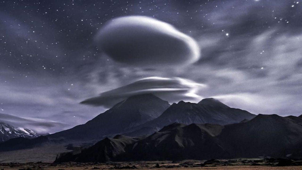 Normales Naturschauspiel oder unheimliche Wettererscheinung? An bestimmten Orten entstehen immer wieder Ufo-Wolken und halten die Menschen in Atem. Was steckt hinter diesem rätselhaften Naturschauspiel? Und warum zeigen sich diese Wolkenformationen immer wieder über Bergspitzen?