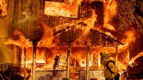 El sábado 10 de julio de 2021, una parte del incendio del Complejo Peckworth fue Sugar Fire, Doyle, Tears vía California.  El fuego usa una casa.  Con fuertes vientos, el fuego salió de las montañas y destruyó muchos apartamentos en Central Doyle.  (Foto AP / Nova Berger)