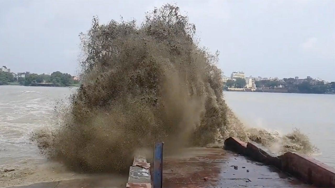 Bystanders Flee as Wave Slams Ashore