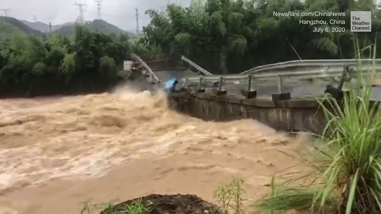 Heavy rains in the foothills of the eastern Himalayas caused a massive landslide resulting in the collapse of a National Highway which connects West Bengal with the Himalayan state of Sikkim, thereby snapping the road connectivity in the north-eastern region.