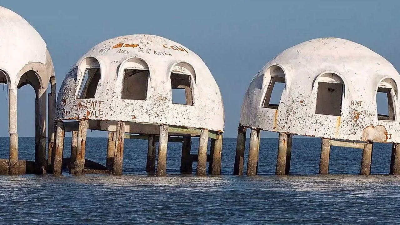 Früher waren es einmal schöne Strandhäuser, heute versinken sie langsam im Meer: Die Kuppelhäuser in Cape Romano. Heute ist es kaum vorstellbar, dass einst Menschen darin gelebt haben. Doch gänzlich unbewohnt sind sie auch heute nicht.