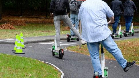 Verkehrsministerium: So darf man nicht mit dem E-Scooter abbiegen