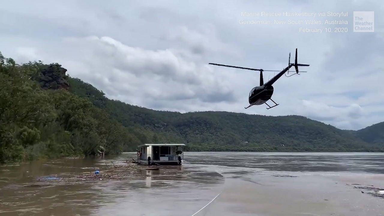 Weil das Hausboot feststeckte, musste ein Hubschrauber zu Hilfe eilen. Doch mit dem Helikopter auf dem Boot zu landen, scheint doch sehr gewagt.