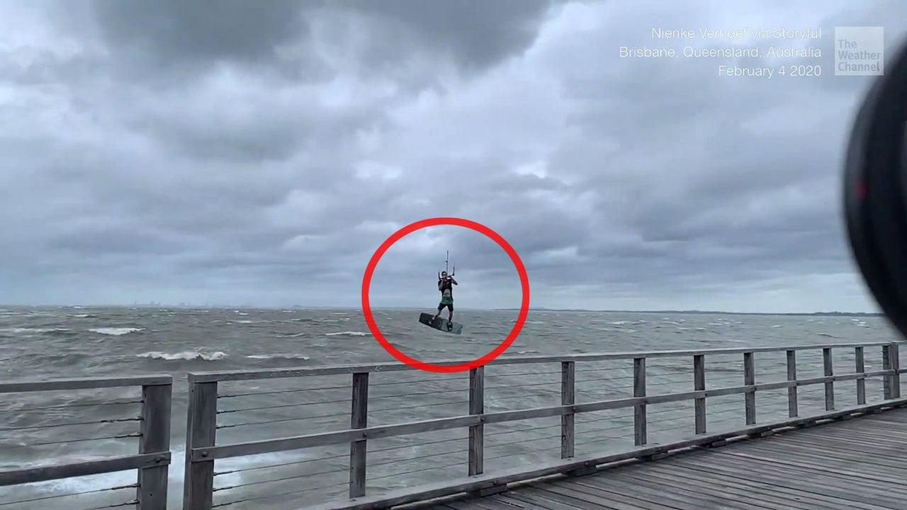 Ein Kitesurfer in Queensland, Australien, hat den Wind von knapp 50 km/h einfach mal für diese halsbrecherische Flugeinlage genutzt.