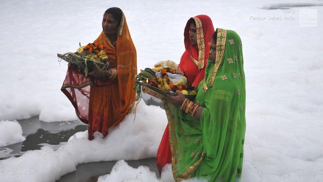 Anlässlich des Chhath Puja-Festes haben jetzt tausende Menschen in dem verseuchten Yamuna Fluss, dem wichtigsten Nebenfluss des Ganges, gebadet. Der giftige Schaum entstand aus kommunalen- und industriellen Abwässern.