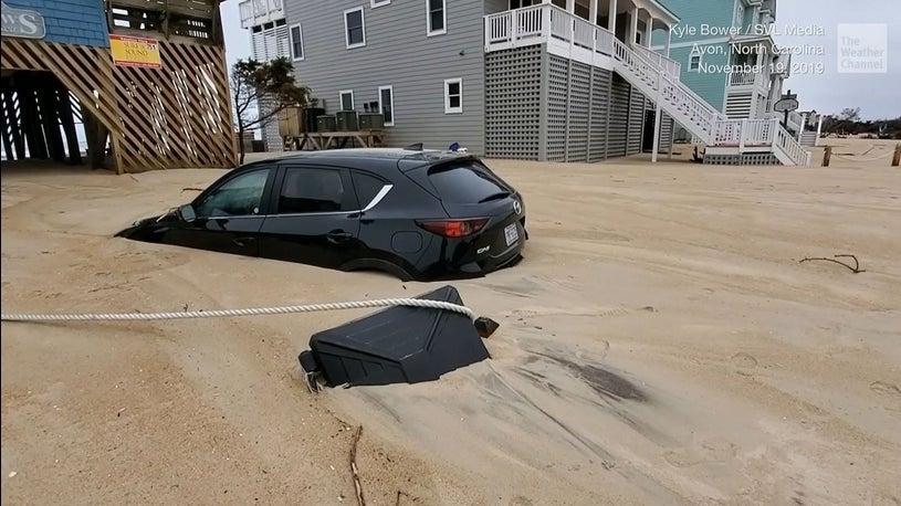Küstenstadt von Sand verschluckt - Sturm begräbt Autos, Straßen und Häuser