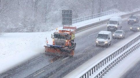 Schneechaos in Nordrhein-Westfalen: Staus und zahlreiche Unfälle
