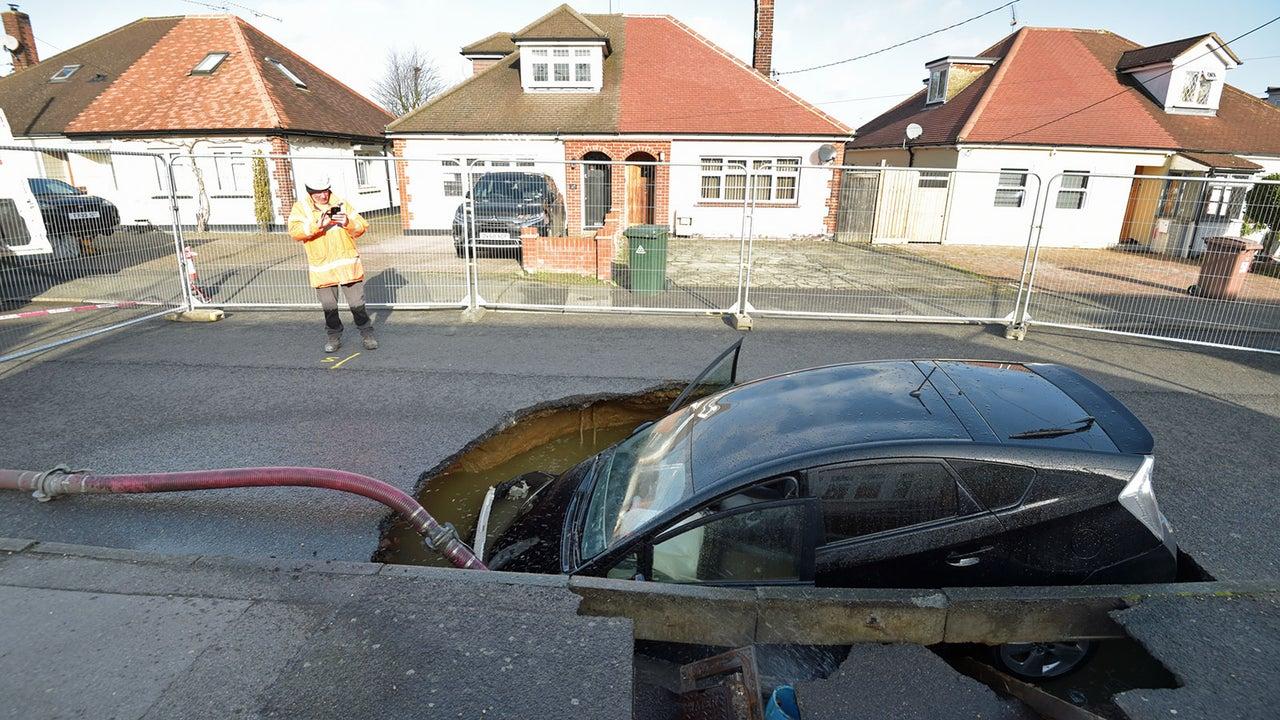 In Brentwood, England, fuhr ein Autofahrer mit seinem Wagen in ein Erdloch, das sich nach Sturmtief Sabine plötzlich auftat. Daraufhin mussten die umliegenden Wohnungen wegen des instabilen Bodens evakuiert werden.