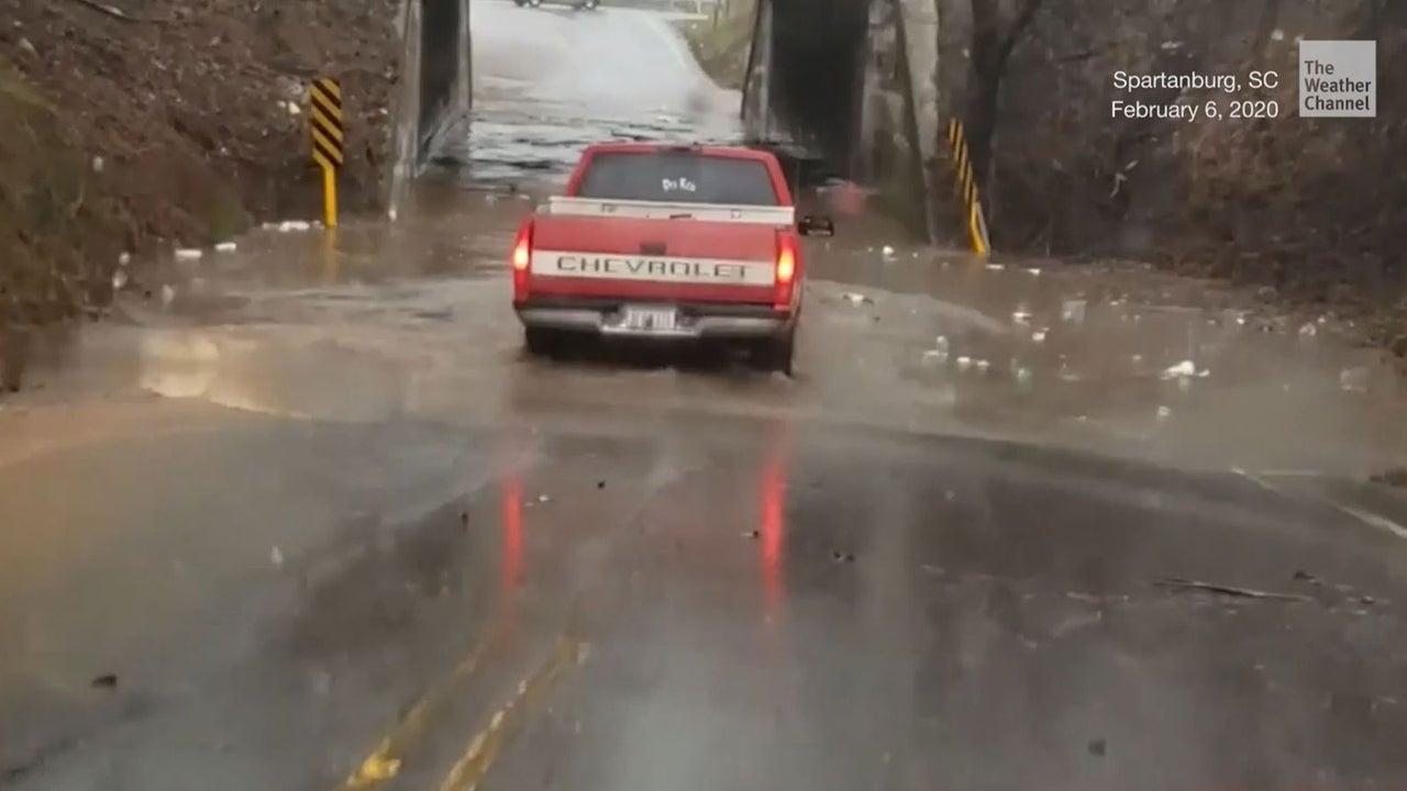 Das war wohl die falsche Entscheidung: Der Fahrer dieses Trucks versucht durch eine überschwemmte Unterführung zu fahren - doch überschätzt sich dabei maßlos.