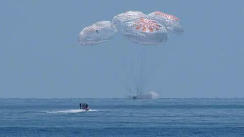 GOLF OF MEXICO - 2 AGUSTUS: Dalam gambar selebaran yang disediakan NASA ini, kapsul Crew Dragon SpaceX mendarat bersama astronot NASA Robert Behnken dan Douglas Hurley di atas kapal di Teluk Meksiko setelah misi Demo 2 Stasiun Luar Angkasa Internasional selesai pada 2 Agustus 2020 di lepas pantai Pensacola, Florida.  Misi Demo 2 adalah peluncuran pertama dengan astronot dari pesawat luar angkasa SpaceX Crew Dragon dan roket Falcon 9 ke Stasiun Luar Angkasa Internasional sebagai bagian dari program kru komersial badan tersebut.  Penerbangan uji berfungsi sebagai demonstrasi ujung ke ujung dari sistem transportasi awak SpaceX.  Behnken dan Hurley lepas landas dari Launch Complex 39A di Kennedy Space Center pada hari Sabtu, 30 Mei pukul 15:22 EDT.  Era baru perjalanan luar angkasa manusia dimulai ketika astronot Amerika meluncurkan roket Amerika dari tanah Amerika ke orbit rendah bumi untuk pertama kalinya sejak program pesawat ulang-alik selesai pada 2011.  (Foto oleh Bill Ingalls / NASA melalui Getty Images)