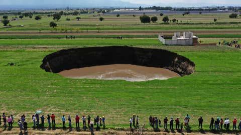 Vista aérea de un fregadero encontrado por agricultores en un campo de cultivo en Santa María Zacatepec, estado de Puebla, México, el 30 de mayo de 2021 (Foto de JOSE CASTAÑARES / AFP) (Foto de JOSE CASTANARES / AFP a través de Getty Images)