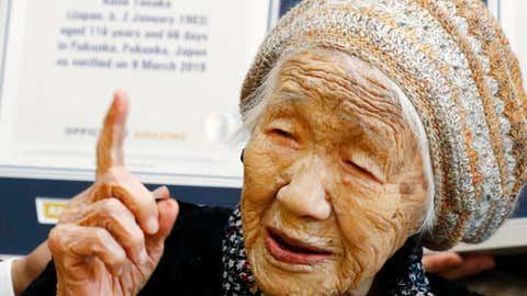 """ARCHIV - 09.03.2019, Japan, Fukuoka: Kane Tanaka, eine 116-j‰hrige Japanerin, hebt in einem Pflegeheim ihren Zeigefinger, nachdem sie ihr Zertifikat vom Guinness-Buch der Rekorde erhalten hat. Tanaka tr‰gt derzeit den Titel als ‰ltester Mensch der Welt. (zu dpa """"Zahl der ¸ber Hundertj‰hrigen hat neuen†Hˆchstwert erreicht"""") Foto: Takuto Kaneko/Kyodo News/dpa +++ dpa-Bildfunk +++"""