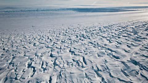Das Bild zeigt den Bereich nahe der Aufsetzlinie des Pine-Island-Gletscher. Das Schelfeis, das den Eisberg in der Westantarktis daran hindert, ins Meer zu stürzen, bricht Forschern zufolge schneller ab als zuvor.
