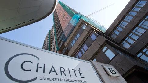 """Ein Schild mit der Aufschrift """"Charite"""" ist vor dem Berliner Charite Klinikum zu sehen."""
