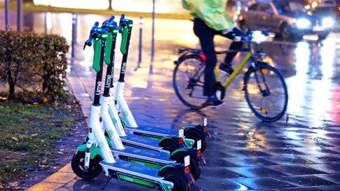 Gefahr bei Regen und Reif: Was mit den E-Scootern im Herbst passiert