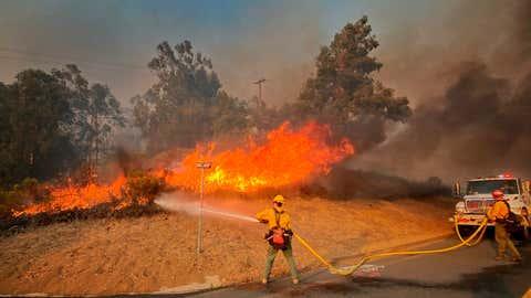 Feuerwehrleute löschen einen Waldbrand im US-Bundesstaat Kalifornien in Goleta. Foto: Mike Eliason/Santa Barbara County Fire Department via AP