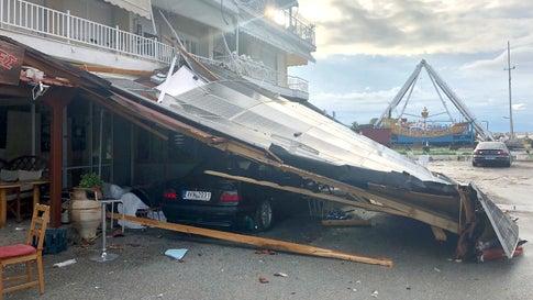 Nea Plagia: Ein Auto ist nach einem Sturm unter einem eingestürzten Pultdach in der Region Chalkidiki in Nordgriechenland zu sehen.