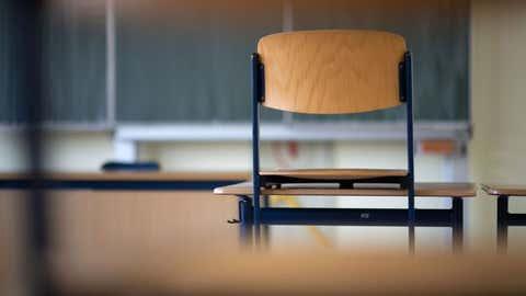 SYMBOLBILD - 24.01.2020, Baden-Württemberg, Sinsheim: Ein Stuhl steht in einem Klassenzimmer einer Realschule auf einem Tisch. (zu dpa: «Eisenmann hält nichts von pauschalen Schulschließungen») Foto: Marijan Murat/dpa +++ dpa-Bildfunk +++