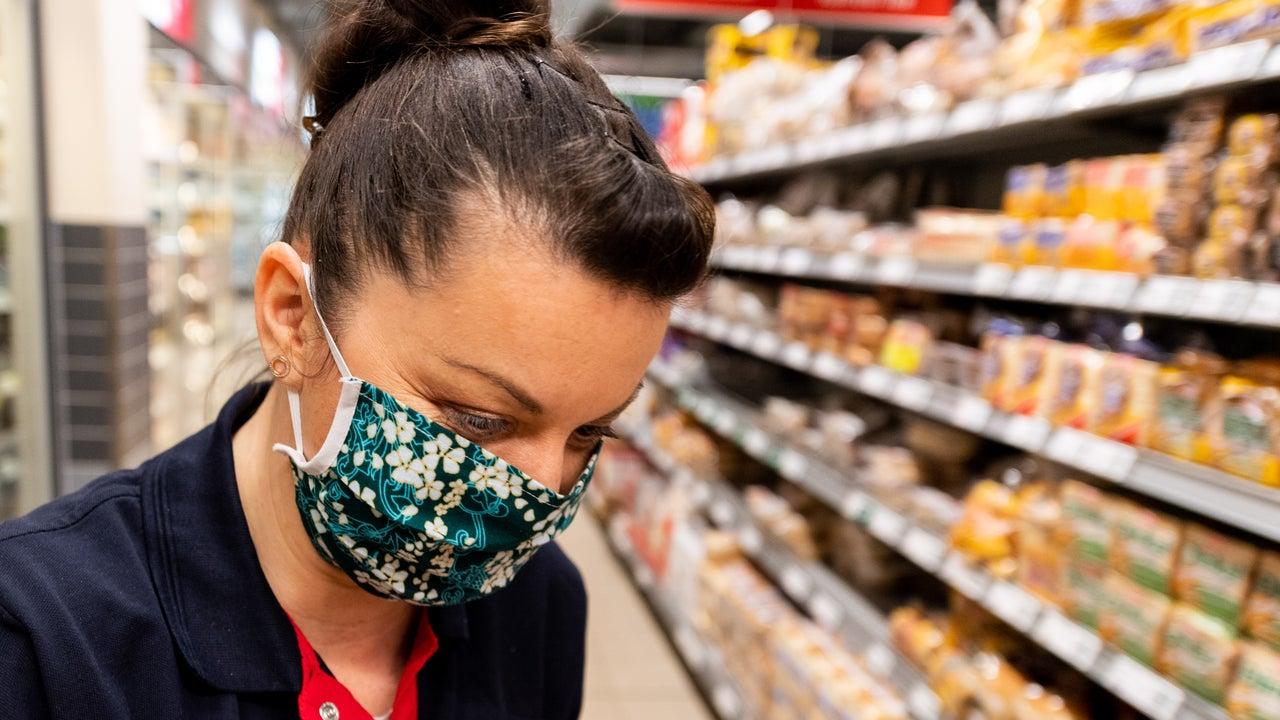 Zunächst einmal bringt die Maske für den eigenen Schutz kaum etwas. Aber das Risiko, andere Menschen anzustecken, wird leicht verringert.
